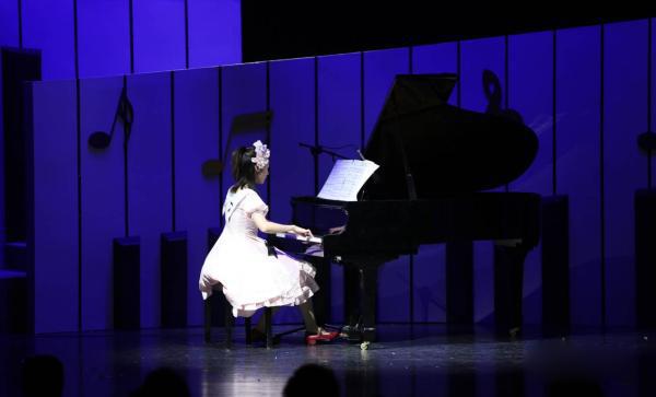 钢琴书中奇怪可爱的人物悉数出场,一直旋转跳舞的熊,神经质的长号手