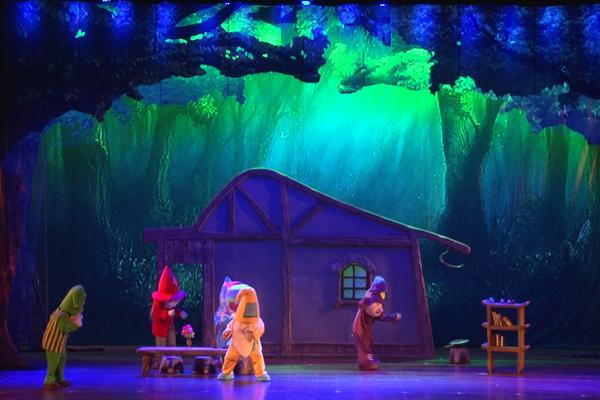 舞台剧《白雪公主》这一经典童话与时代发展相结合,除了7个活泼可爱