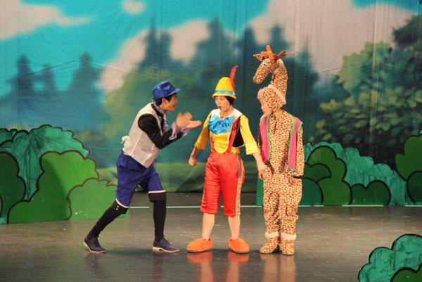 小朋友和匹诺曹一起学习舞蹈.
